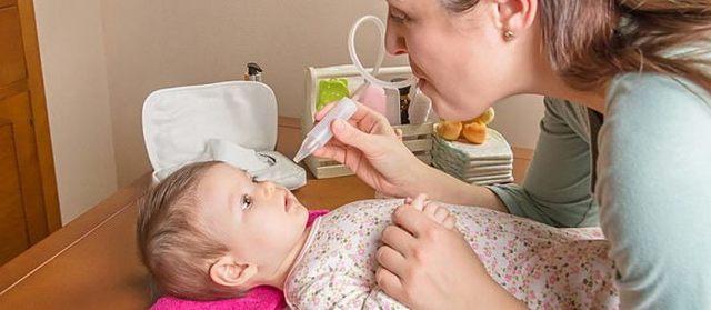 У грудничка заложен нос: что делать, причины и как лечить