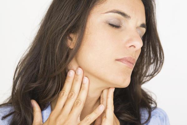 Болит горло и температура: что делать, как и чем лечить