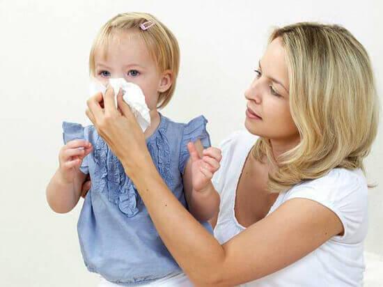 У ребенка заложен нос: что делать, чем лечить в домашних условиях быстро