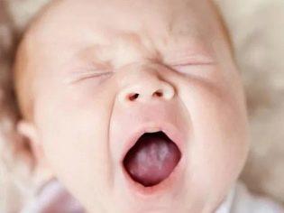 Как понять, что болит горло у грудничка и чем лечить