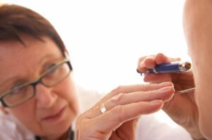 Болит горло постоянно и не проходит: причины и лечение, что делать для профилактики