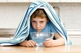 Ребенок чихает и сопли: чем лечить и что делать?
