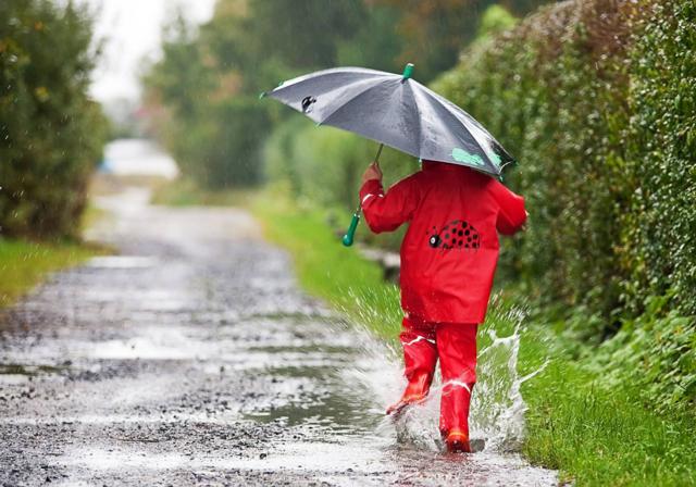 Можно ли купать ребенка при насморке или кашле без температуры