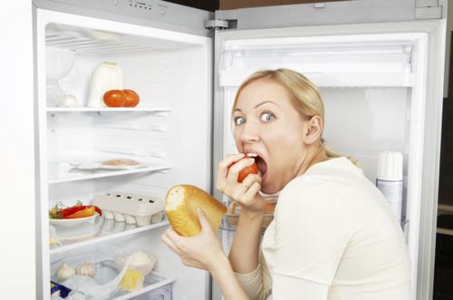 Почему перед месячными хочется много есть: причины повышенного аппетита, что можно и нельзя