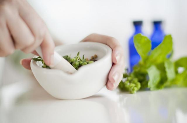 Лечение грыжи пищевода народными средствами: рецепты чаев, отваров и настоев, польза овощных соков